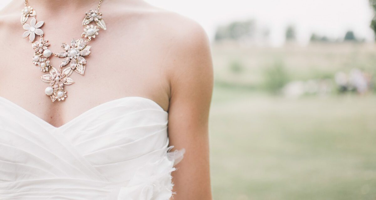 What Jewellery to Wear on a Wedding Day